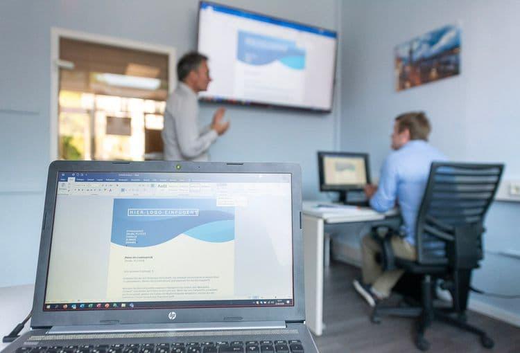 Trainer an Bildschirm während einer Word-Schulung im Hamburger Schulungsraum