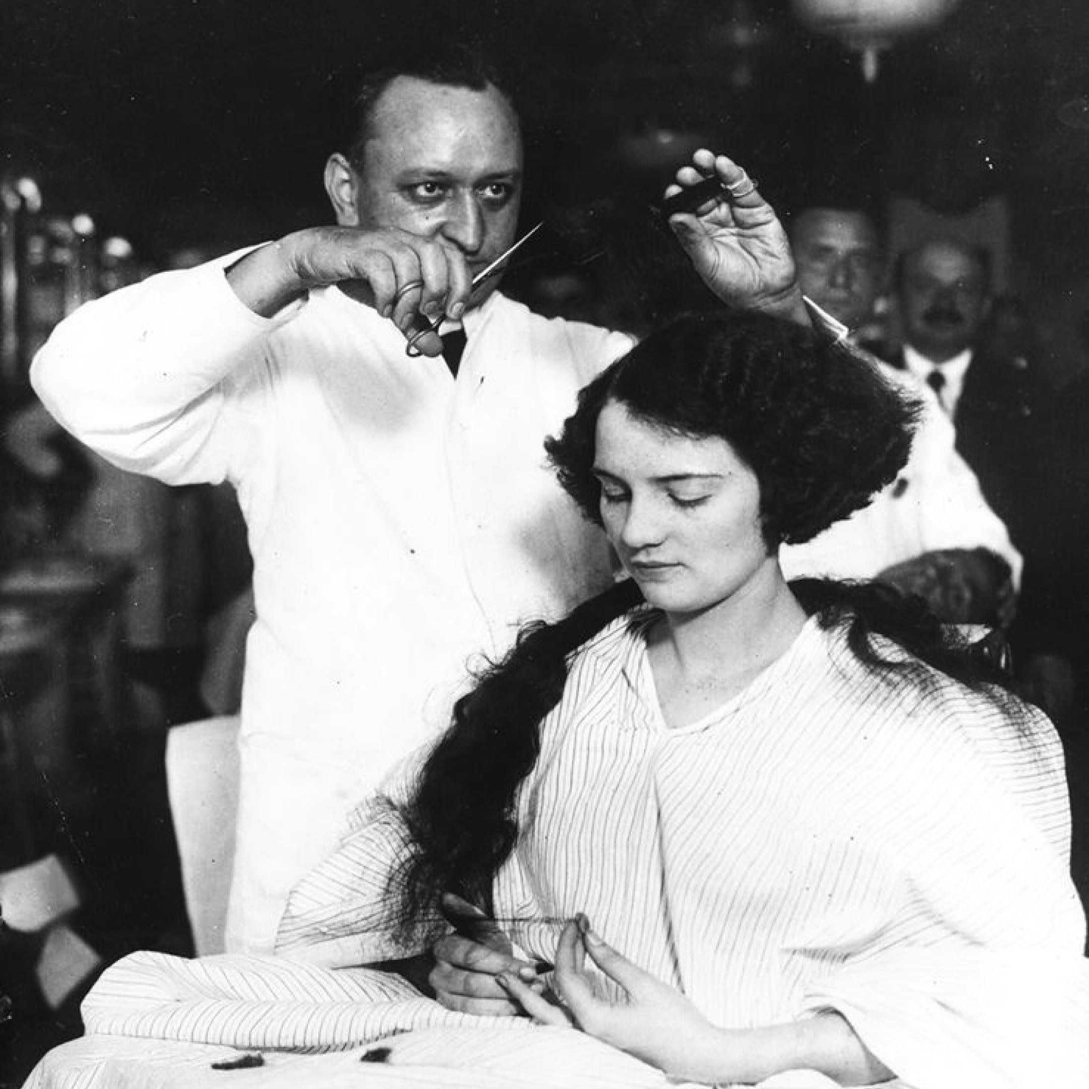 Женщине делают прическу «боб», ок. 1920. Вероятно, уэтой клиентки короткие волосы были впервые сдетского возраста. Источник: Сьюзан Дж. Винсент, «Волосы: иллюстрированная история»
