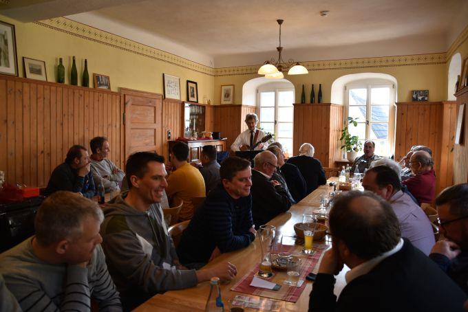 Bernhard Kohlhepp gibt seinen Jahresrückblick bei der Kassenablage im Weinhaus Zorn zum Besten. Es wurden die Briefe der ehemaligen Lengfurter verlesen, die es nicht zum Fest geschafft haben. Mit der Kassenablage wir das Fest 2017 beschlossen