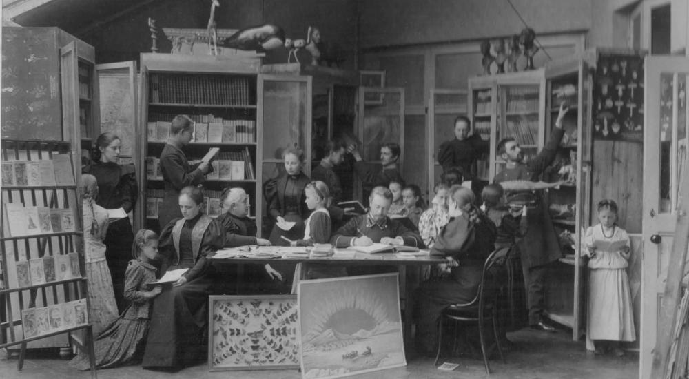 Библиотека в Харьковской воскресной школе, которую открыла Христина Алчевская. Учиться в этой школе могли и маленькие девочки, и взрослые женщины. На фото Алчевская сидит за столом, вторая слева / etoretro.ru