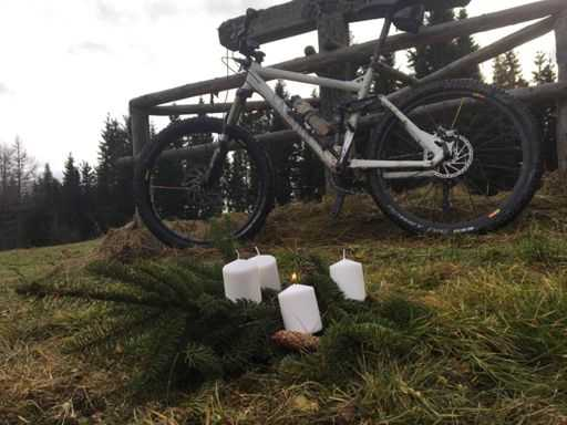 Adventkranz vor dem Mountainbike