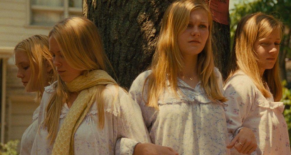 Кадр изфильма «Девственницы-самоубийцы», который сделал большой звездой Кирстен Данст (вцентре)