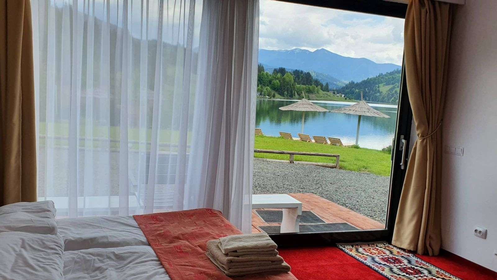 apartament cu vedere la lacul colibita