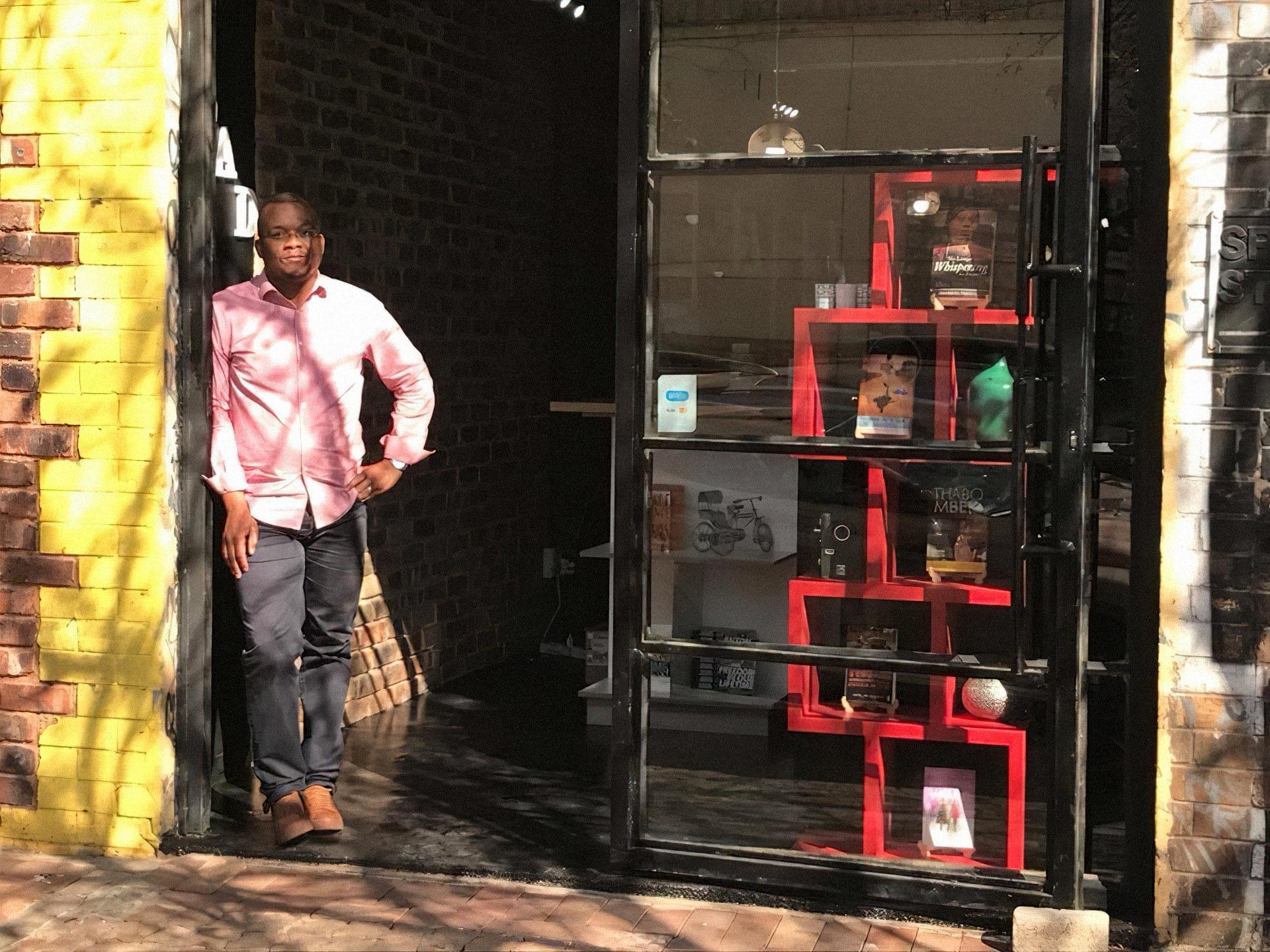 Вход вкнижный магазин Book Circle Capital вЙоханнесбурге, ЮАР. Нафото — Лойко Лангени, который основал магазин вместе сженой Севелой. Фото изличного архива