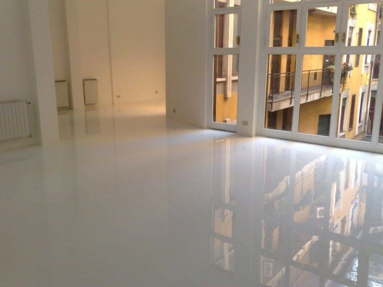 Pavimento in resina nel disimpegno di un condominio.