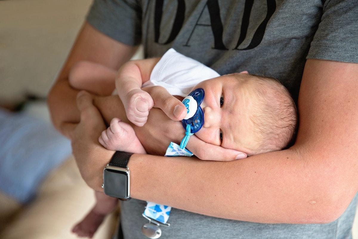 bebé en brazos con chupete