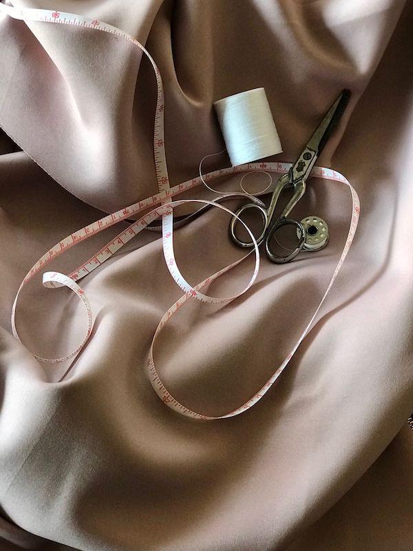 Matériel de couture posé sur du tissu