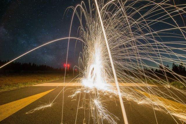 Foto noturna de fogos de artifício em longa exposição