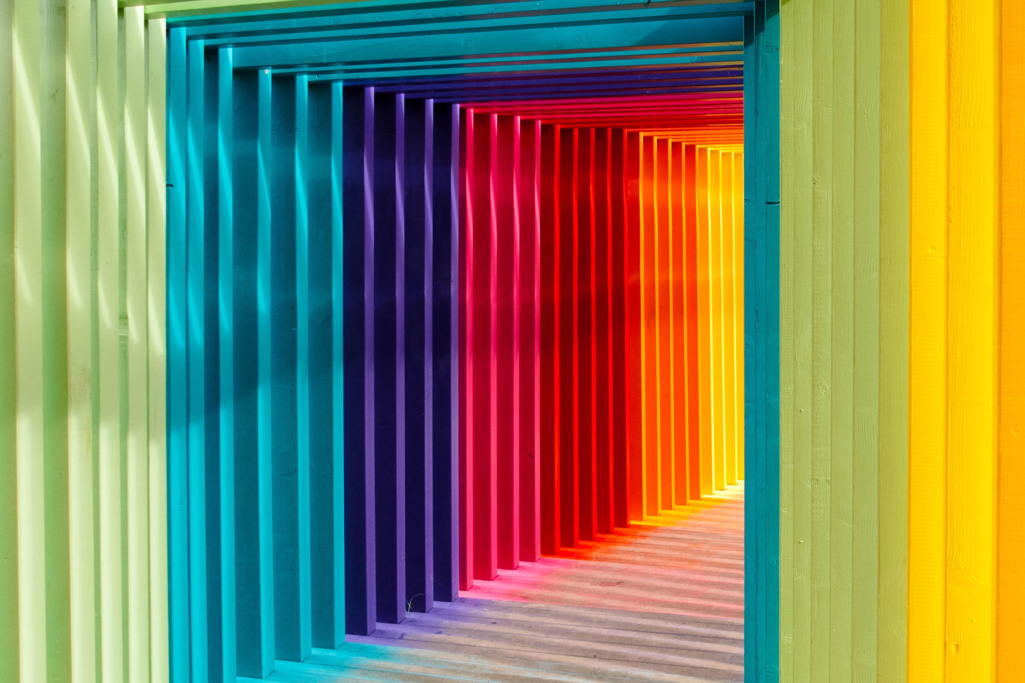 Um túnel colorido com as cores de um arco-íris