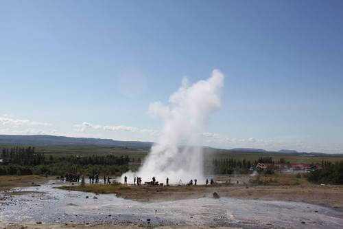 Un geyser islandese in tutto il suo splendore