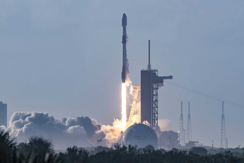 Imaginea 1: Cea de-a 100-a lansare reușită a companiei SpaceX, o rachetă Falcon 9 care a urcat pe orbită un nou set de 60 de sateliți Starlink (sursa foto: SpaceX).