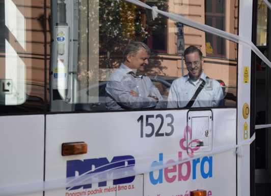 Tramvaj s motýlími křídly v ulicích Brna