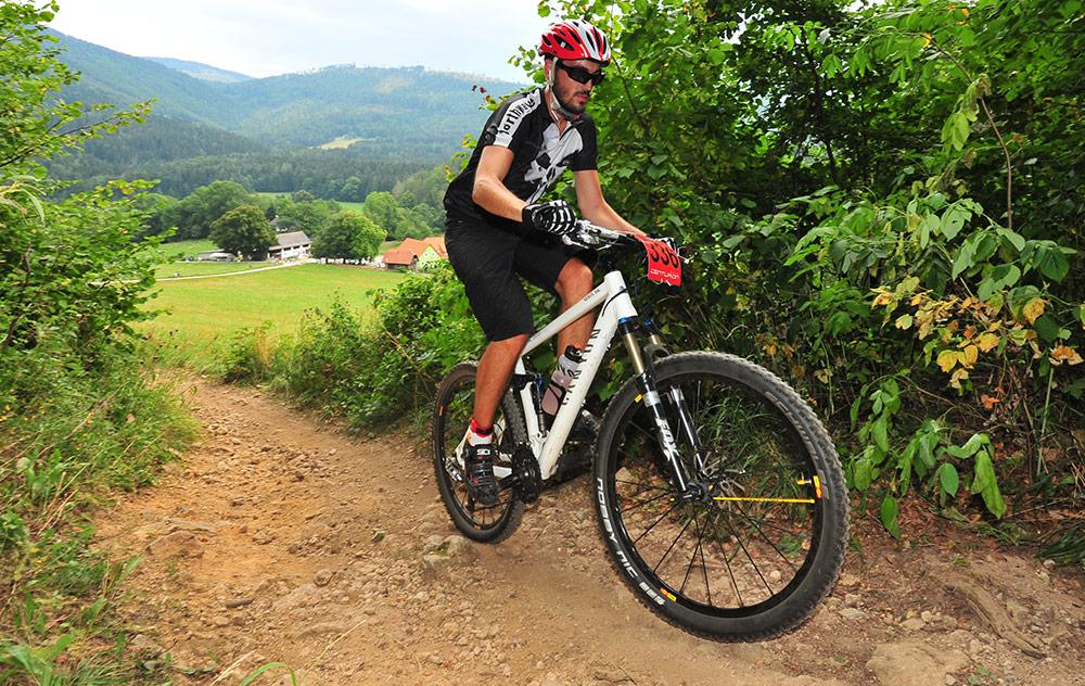 Thomas Hochörtler fährt am Mountainbike einen schmalen Weg