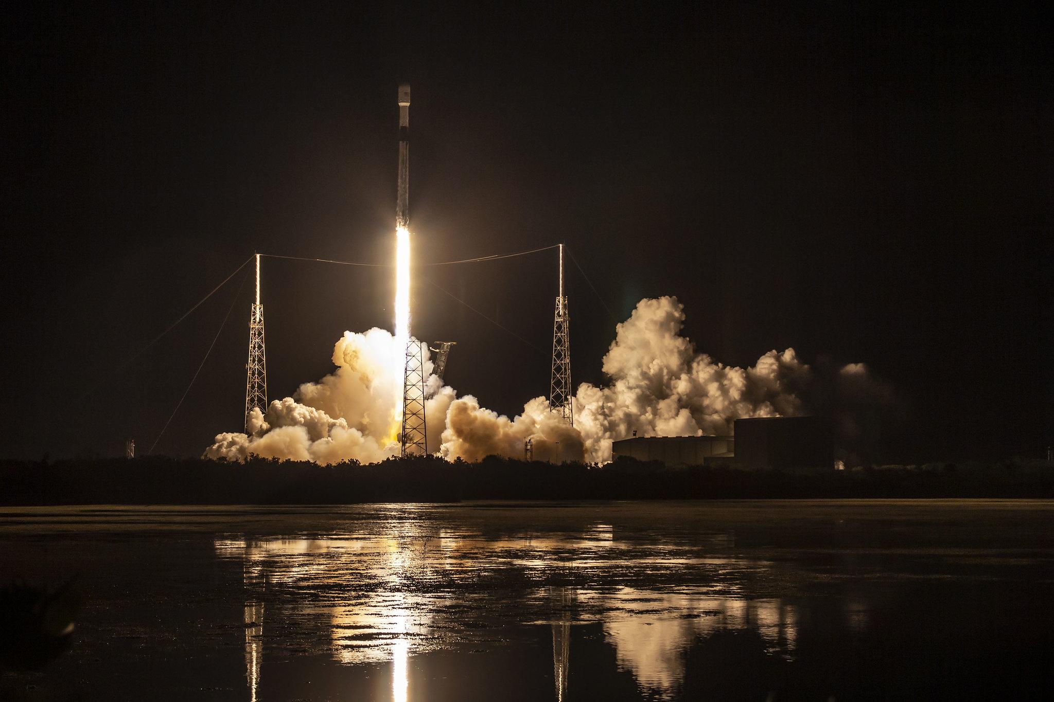 Imaginea 1: Lansarea celui de-a treilea set de sateliți Starlink de către o rachetă Falcon 9 a cărei treaptă primară a fost folosită pentru a patra oară și recuperată din nou pe barja OCISLY (Sursa foto: SpaceX)
