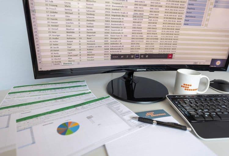 Bildschirm mit Excel-Übungstabelle und Lernunterlagen eines unserer Excel-Kurse