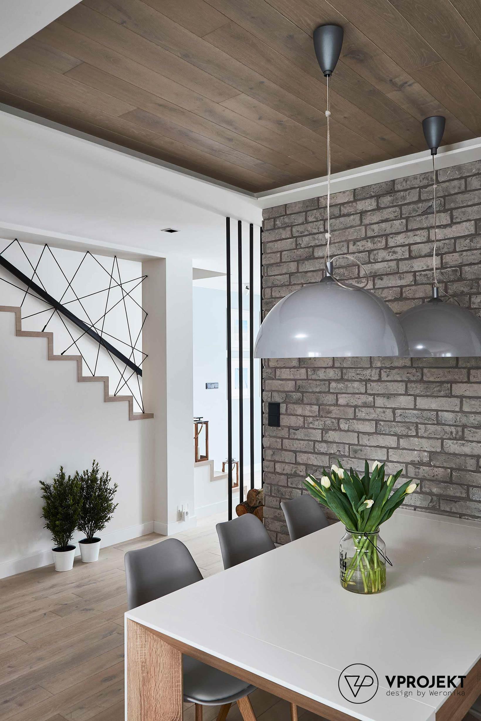 Jadalnia, widok na schody na piętro, dom w Ostródzie