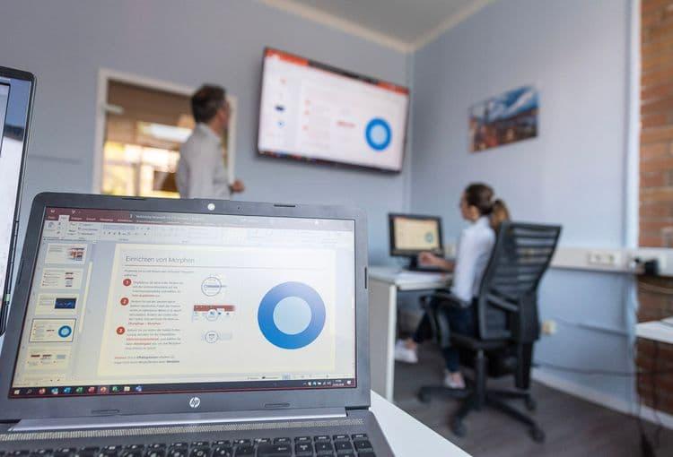 Trainer erklärt im Hamburger Schulungsraum Inhalte einer PowerPoint-Schulung