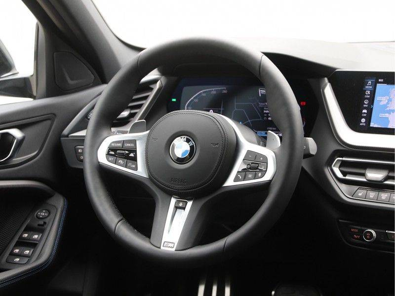 BMW 1 Serie 120i High Exe M-Sport Aut. afbeelding 2