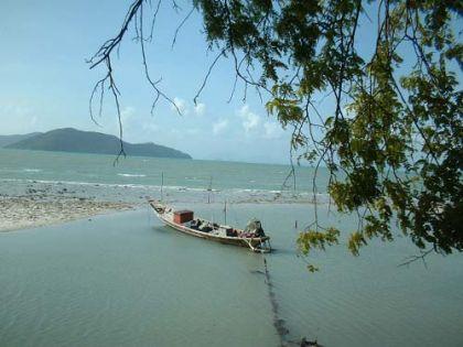 """Im Süden der Insel sind mehr die ländlichen Gebiete, die weniger auf Touristenunterkünfte ausgerichtet sind. Viele Attraktionen haben sie schon (Wasserfälle, Elephanten- und Schlangenshows usw.) aber weniger Unterkünfte und dicht besiedelte Gegenden.            Dafür ist Koh Samui das Safe-Food-District Nummer 1 Thailands. Auch gut zu wissen. Gestern abend war ich knapp davor, einem der Stra?enhändler solche lecker riechenden verkrustet gebratenen komischen Etwasse abzukaufen. Aber noch war die Vorsicht grö?er.            Wenn man ganz genau sucht, findet man auch die Kalenderfotoplätze. Muss nur noch eine bessere Kamera her.  Und wie man im folgenden Bild von der Welle verwaschen nur noch schemenhaft erkennen kann --- ja, ich habe meine Fü?e ins Chinesische Meer getaucht. Mission accomplished.            Jedenfalls sind es 87 Kilometer, wenn man die """"Ringstra?e"""" fährt und alle halbwegs ausgebauten Stra?en dazunimmt, die ein wenig weiter um die Ringstraße gehen. Verfährt man sich dann und wann noch ein wenig, kann man viel Spa? haben und einen gut verbrachten Tag erleben."""