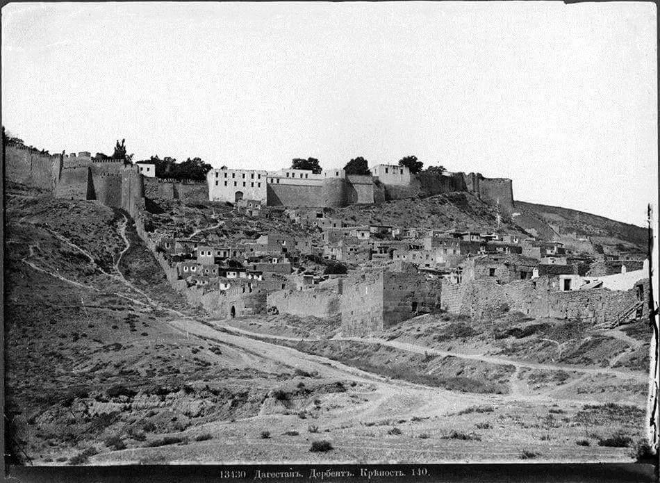 Дербентская крепость и ворота Баят-капы в XIX веке. Источник: pro-derbent.ru
