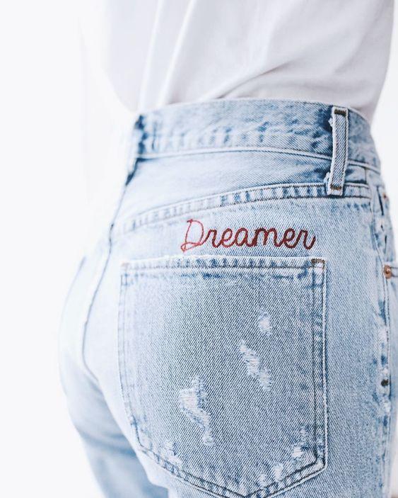 Broderie au dessus d'une poche de jean