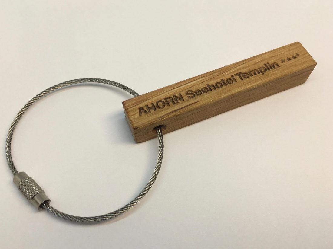 Mithilfe eines speziellen Lasers kann die Zimmernummer, sowie eventuell ein Wunschtext, ein Zitat, der Zimmername oder sogar ein Logo auf den Schlüsselanhänger angebracht werden.