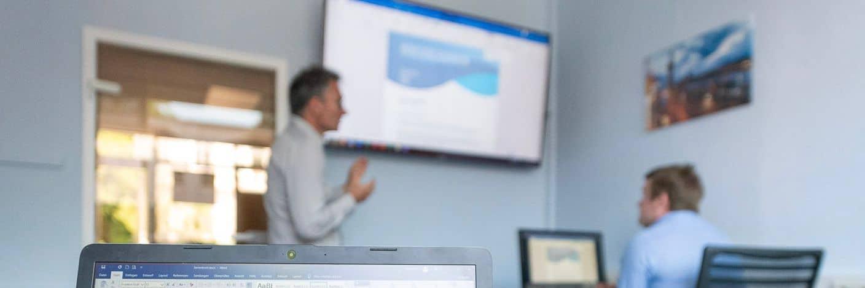 Trainer in unserem Schulungsraum in Hamburg während einer MS-Office-Schulung