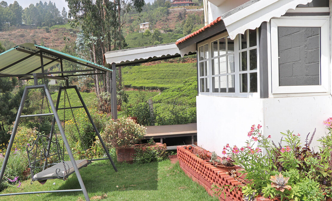 A deck at Dawson Bungalow close to the lawn