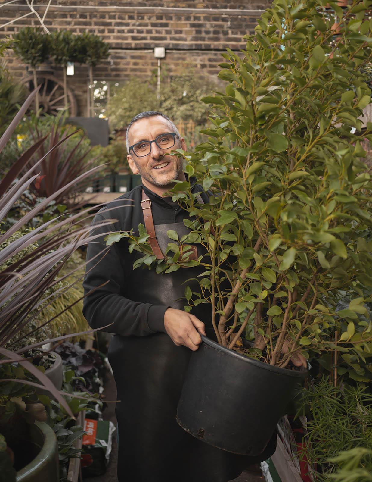 Der Gründer der Gärtnerei bei der Arbeit