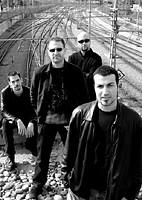 Fotografía en blanco y negro de los 4 componentes de la banda de rock AlterEgo