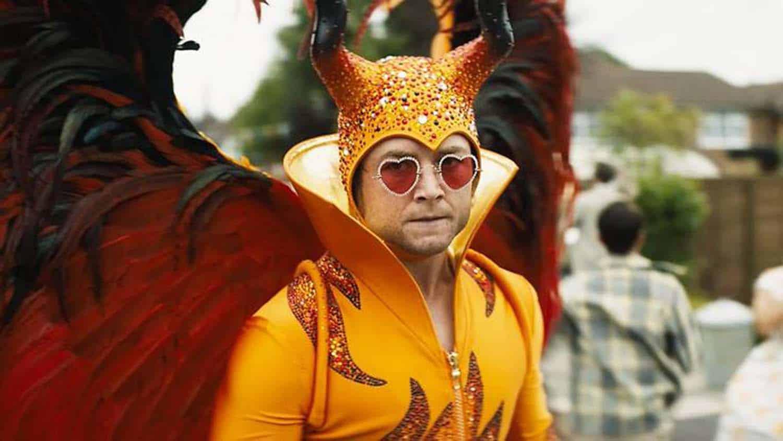 Taron Egerton como Elton John em cena do filme Rocketman