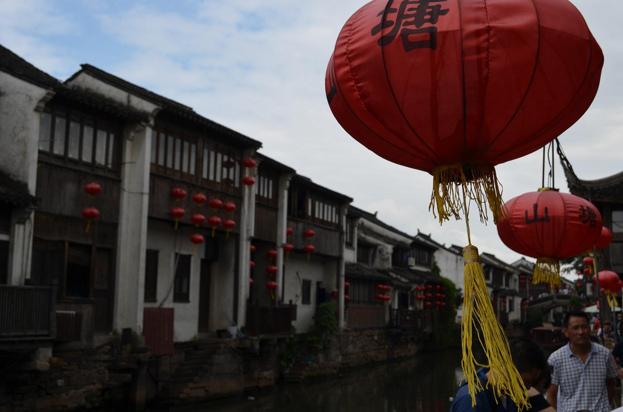 Laterne über einem Kanal in der Altstadt Suzhous