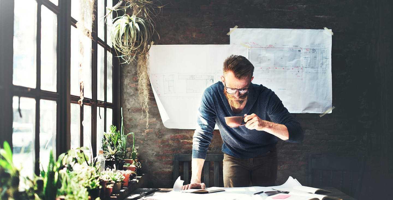 Mann bei der Arbeit - Wie spreche ich meinen Arbeitgeber auf die betriebliche Altersvorsorge Pflicht an