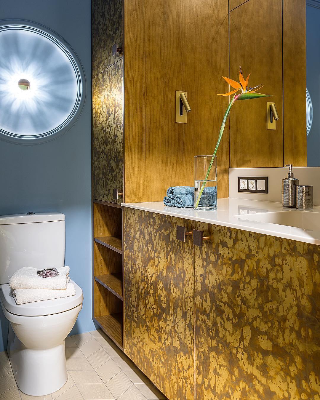 Make Interiors | Такая смелая ванная комната в проекте #tropical_holiday65 🛁 Шкаф для хранения и стиральной машинки под раковиной облицован металлическими панелями👍🏻 А весь корпус выполнен из дерева! В боковины встроены латунные светильники от @astrolighting Светильник над унитазом мы придумали так: чтобы лучи от лампочки прервать💡, встроили в стену диск из полиуретана. Получилась своеобразная форма солнца ☀️ ! #makeinteriors А вам нравится ванная комната?!!😉