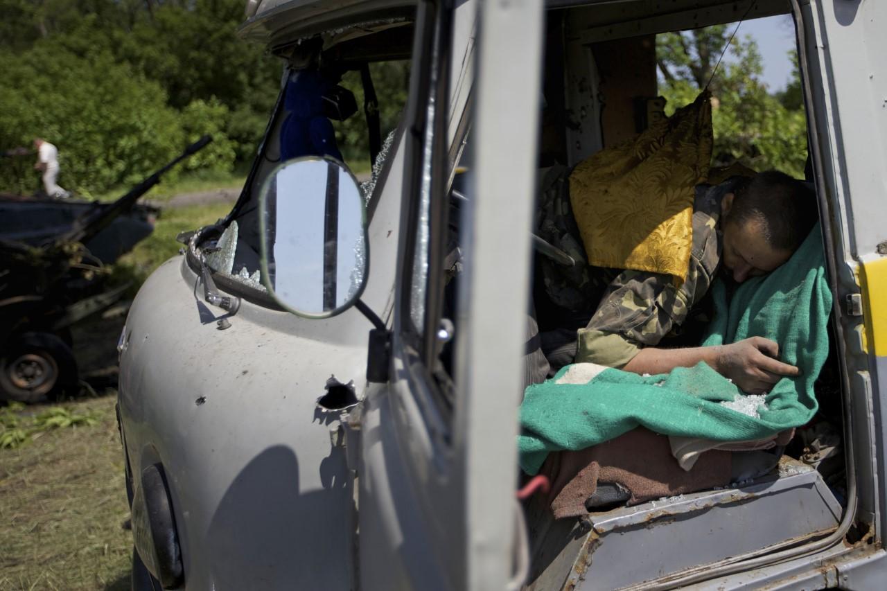 Hombre Durmiendo en Camioneta