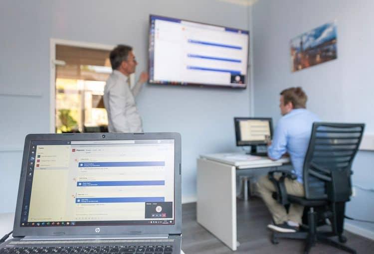Trainer und Teilnehmer während einer Visio-Schulung in unserem Hamburger Schulungsraum