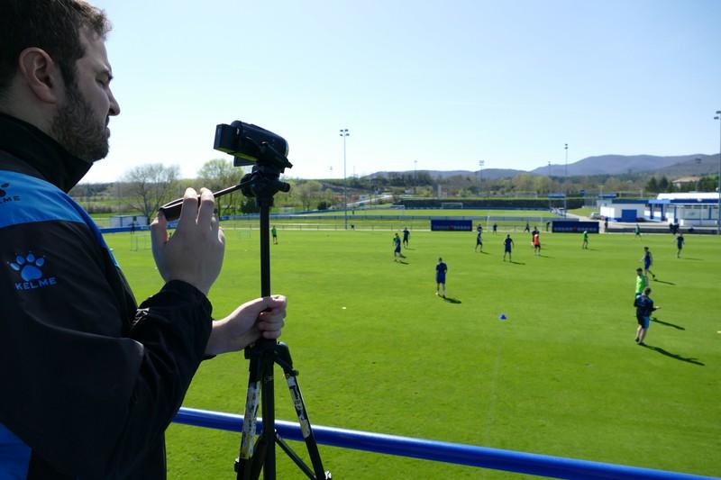 デポルティーボ・アラベスのサッカー練習を録画する男性