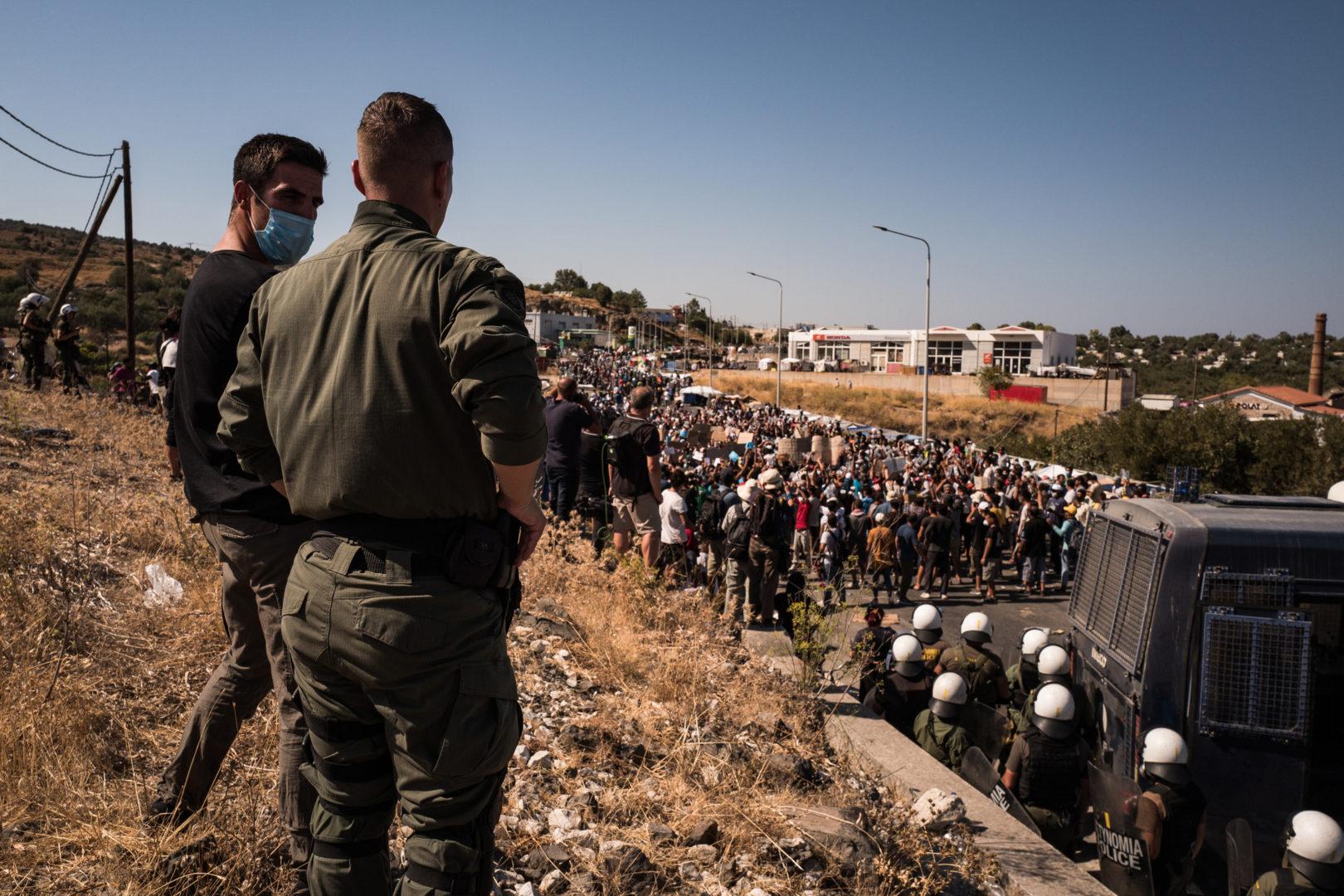 Die griechische Polizei beobachtet einen Protest von Flüchtlingen aus dem Lager Moria. Foto: Nicola Zolin