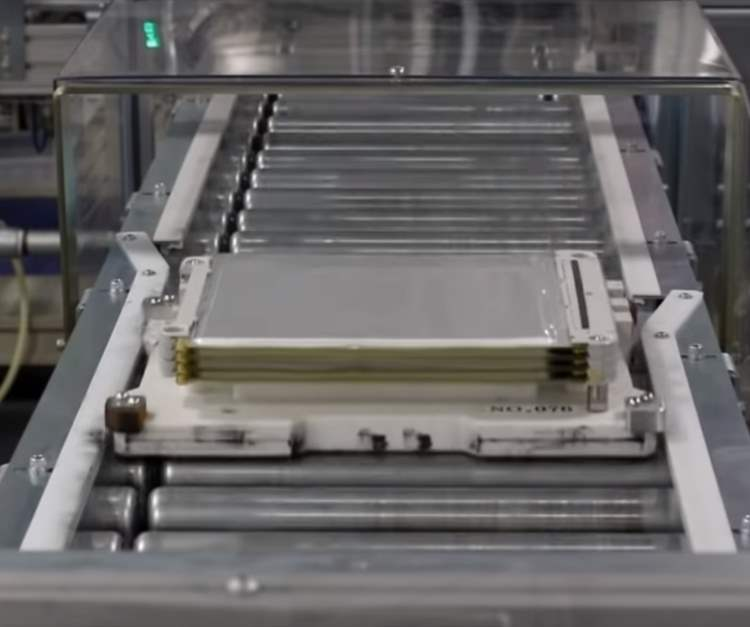 Battery module being formed by battery cells being stacked on top of each other in a frame.