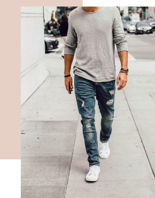 Un homme portant un jean déchiré dans la rue