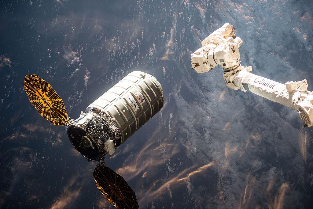 Figure 2: Capsula Cygnus OA-6, înainte de a fi capturată folosind brațul robotic CanadArm-2 al Stației Spațiale Internaționale (26.03.2016). Sursa foto: NASA.