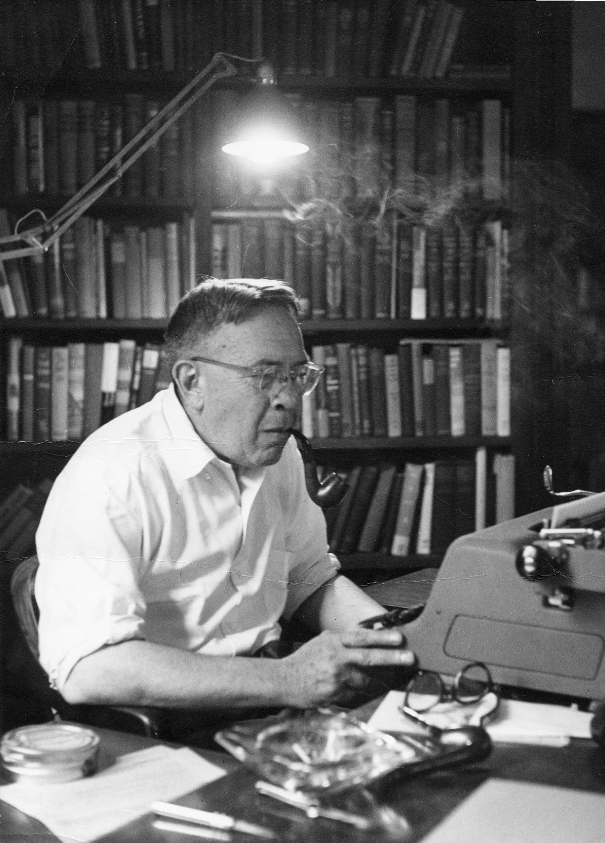 Бернард ДеВото за работой, 1950-е годы. Источник: mdevotomusic.org