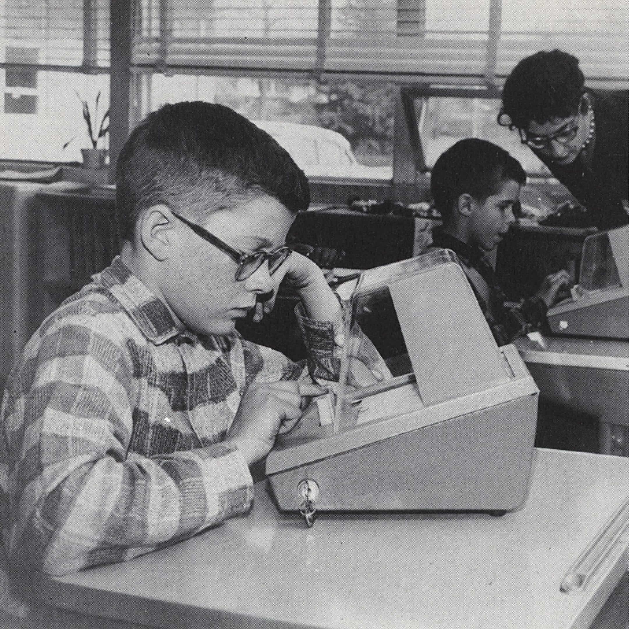 Устройство совстроенными вопросами для проверки знаний американских школьников. Фото изкниги Арнольда Бэрека «Грядущие перемены», 1962. Источник: vintag.es