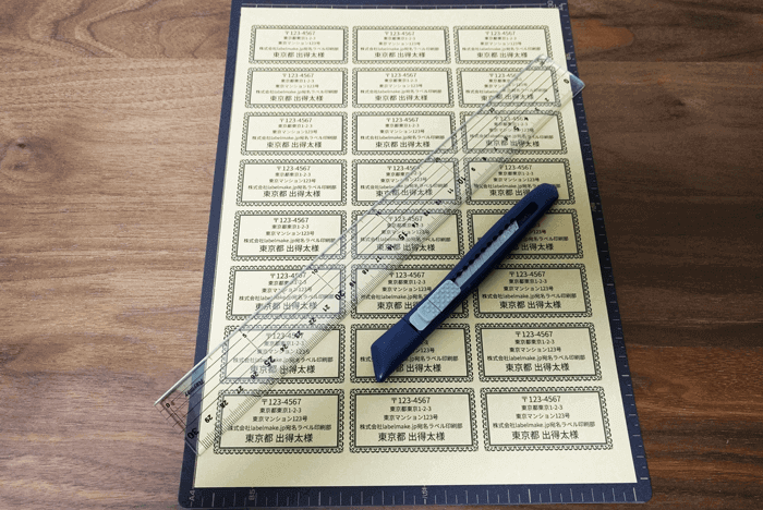 印刷したシール用紙・ラベルシートを切っていきます。