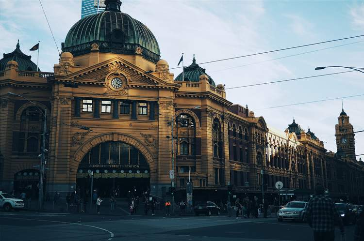 A picture of Melbourne's famous flinders street station.