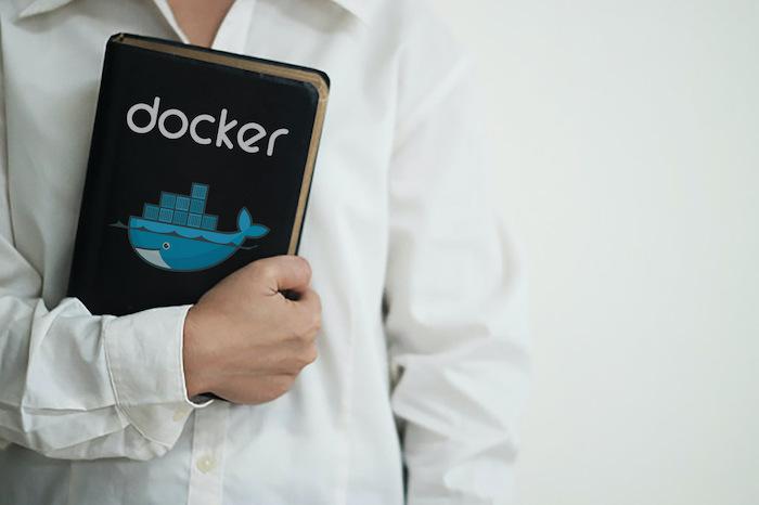 Alguém segurando uma Bíblia do Docker