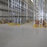 Scaffalatura posta su pavimento in resina multistrato all'interno di un'azienda meccanica padovana.