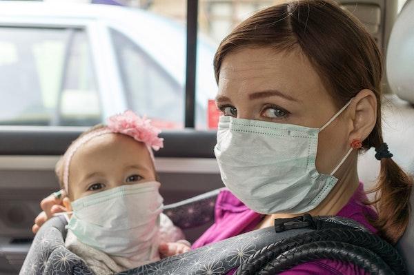 madre con bebé con mascarilla