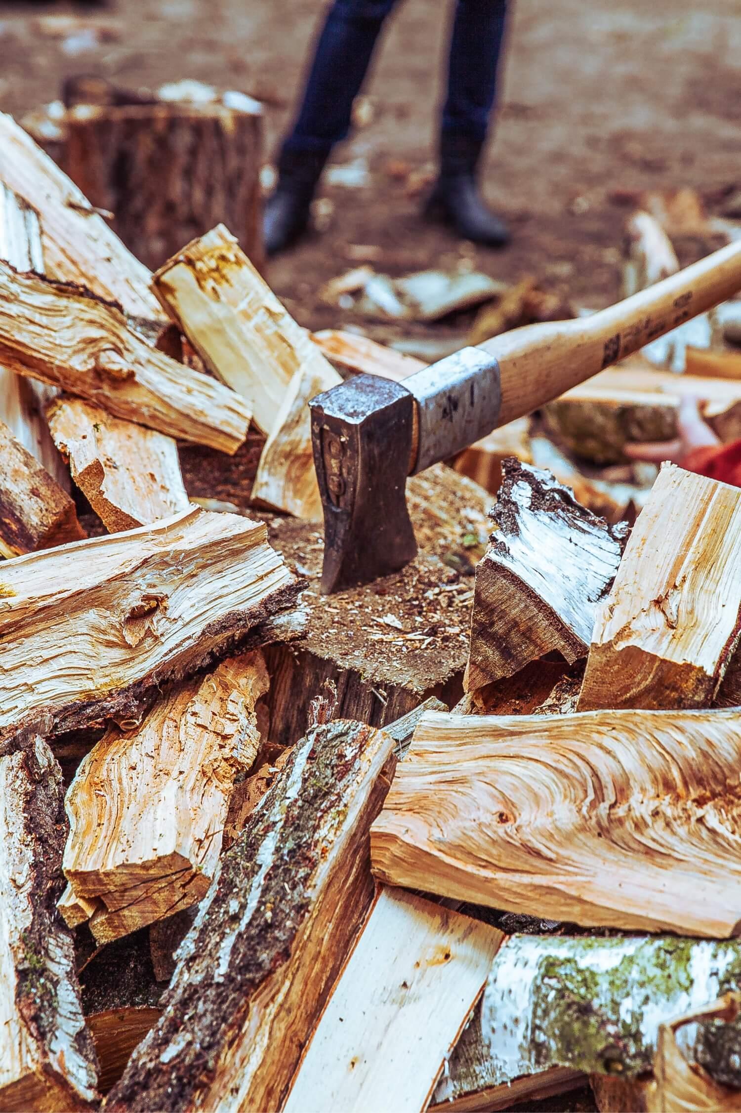 Wir hacken unser Holz noch selbst.