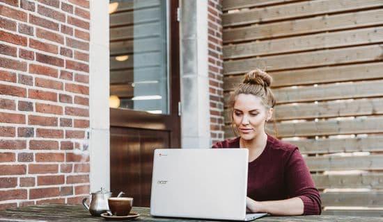 Teilnehmerin mit Laptop während einer Live-Online-Einzelschulung